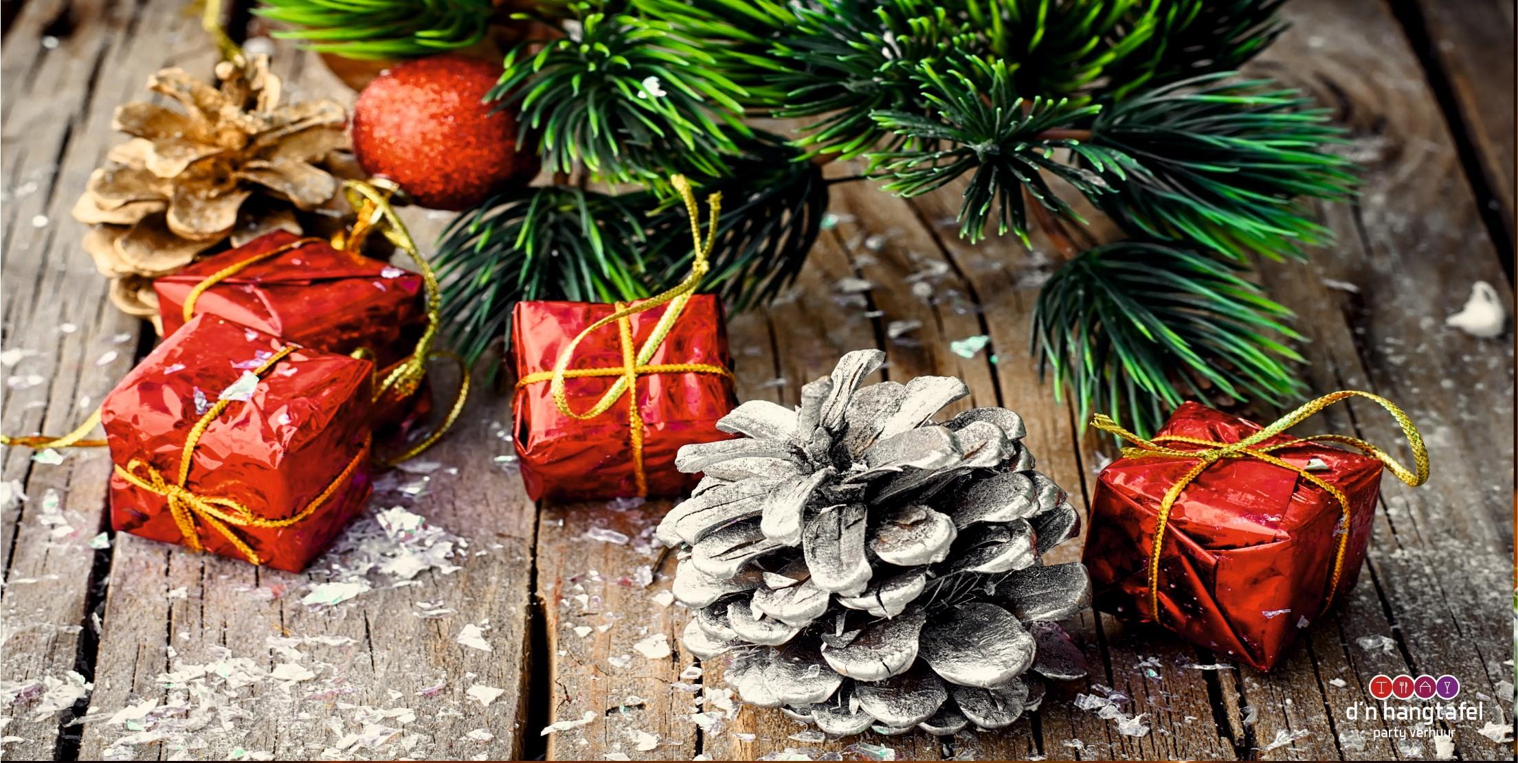 Bouwhek met kerst thema doek (dennenappel met pakjes)